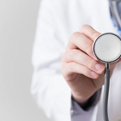 聴診器を構える医者